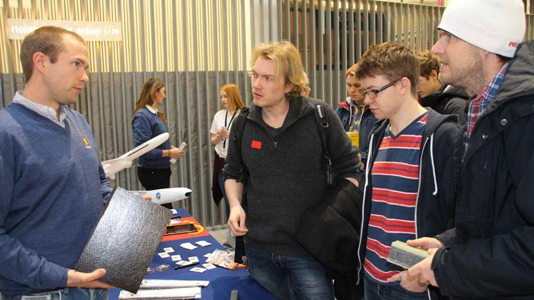 Senior prosjektingeniør Erik Eliassen (t.v.) fra Kongsberg Gruppen i samtale med HSN-studentene Jardar Østern, August Aalde og Joachim Venberget. Foto