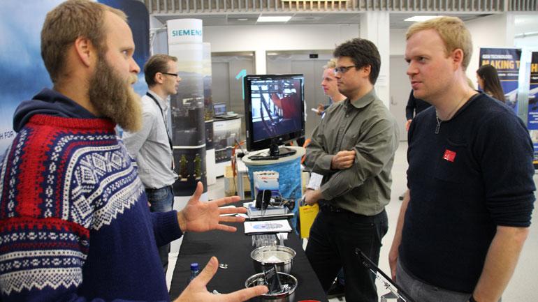 Henning Tveiten Østeby (t.v.) fra Dresser-Rand utvekslet nyttig informasjon med maskiningeniørstudent Sigurd With. Foto