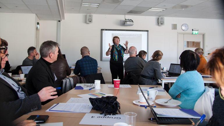 Anne Lee foredrar for ph.d.-veilederne. Foto