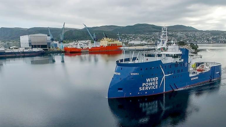Windea La Cour er et skip fra Ulstein som skal frakte serviceteknikere ut til offshorevindmølleparker. Dette er det første av to søsterskip, som begge arbeider for Siemens. (Foto: Ulstein Group/SjimpHansen Media)