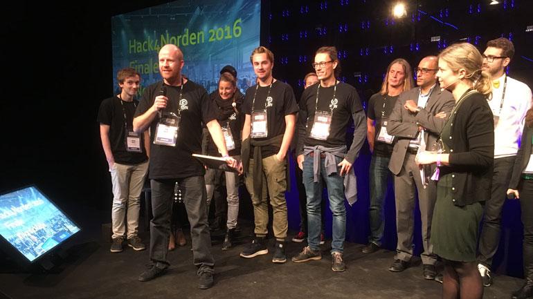 Pål Rørby takker for førsteplassen på vegne av laget Hidden. Foto: Sveinung Engeland/Kartverket