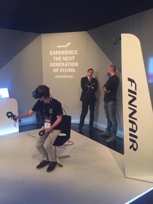 Torkel testet VR på Finnair sin stand. Foto