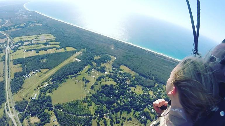Karoline hpper fallskjerm i Australia