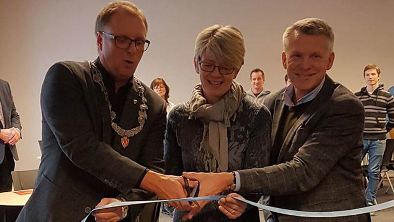 Når perioden er omme kan studentene søke om forlenget avtaletid og en svært lav leie.  STARTOPP Startopp er navnet på prosjektet, og foreløpig er det et tilbud på campusene Bø og Porsgrunn. I Bø åpnet lokalene denne uken, med taler fra prorektor Kristian Bogen og Bø-ordfører Olav Kasland. Her er Startopp et samarbeid mellom Høgskolen i Sørøst-Norge, kommunene i Midt-Telemark, etablererkontoret og Midt-Telemark næringsutvikling.    HSN har i mange år vært en av landets ledende høyskoler innen innovasjon og entreprenørskap. Våre studentbedrifter har vunnet mange FERD-priser. STARTOPP-prosjektet skal bidra til gode vekstforhold for de mange gode ideer som skapes i HSNs mange studentbedrifter.  Kontorfellesskapet er ikke bare for studenter. Dette er et tilbud til alle som ønsker å etablere en ny bedrift. Målet er å få til fellesskap og produktiv blanding av nytenkende studenter og nyetablerere med nyttig erfaring fra arbeidsliv.