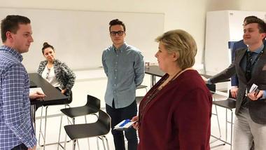 Erna Solberg møter HSN-studenter. Foto