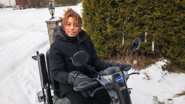 Belinda Monteran Leinonen har den sjeldne diagnosen Nail Patella Syndrome.  Hun har store smerter i armer, rygg og ben, og er avhengig av elektrisk rullestol for å komme seg rundt. Likevel har hun tatt IT-utdanning ved HSN og startet eget firma.Foto