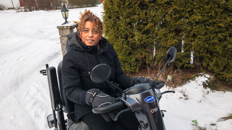 Belinda Monteran Leinonen har den sjeldne diagnosen Nail Patella Syndrome.  Hun har store smerter i armer, rygg og ben, og er avhengig av elektrisk rullestol for å komme seg rundt. Likevel har hun tatt IT-utdanning ved HSN og startet eget firma.  Foto