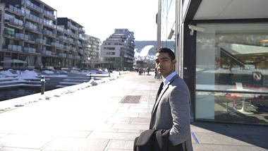 Amit in front of USN, campus Drammen
