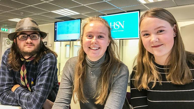 Magnus, Idunn og Vilde får matematikk-forelesninger sammen med HSNs ingeniørstudenter på Kongsberg to ganger i uken.  Foto