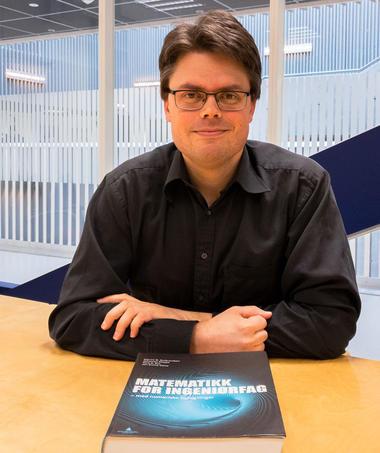 Førsteamanuensis Johannes Kleppe underviser elevene hver uke. Foto