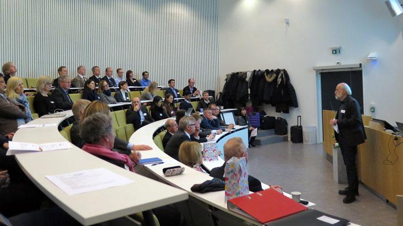HSN-rektor Petter Aasen snakker til forsamlingen.