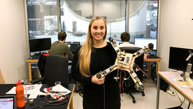 Ingeniørstudent Katrine på bachelorrommet på campus Kongsberg. foto