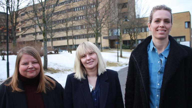 Gry Merete Bjerkelund, Gunn Runa Solitei og Anne Mette Høegh-Larsen foran Sykehuset i Telemark.