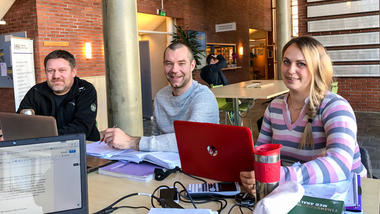Økonomistudenter jobber i gruppe på campus Ringerike