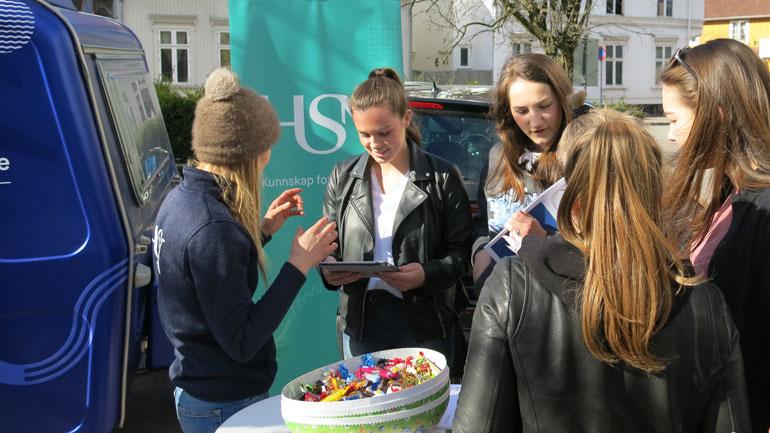 Student i dialog med elever ved Horten videregående skole. Foto