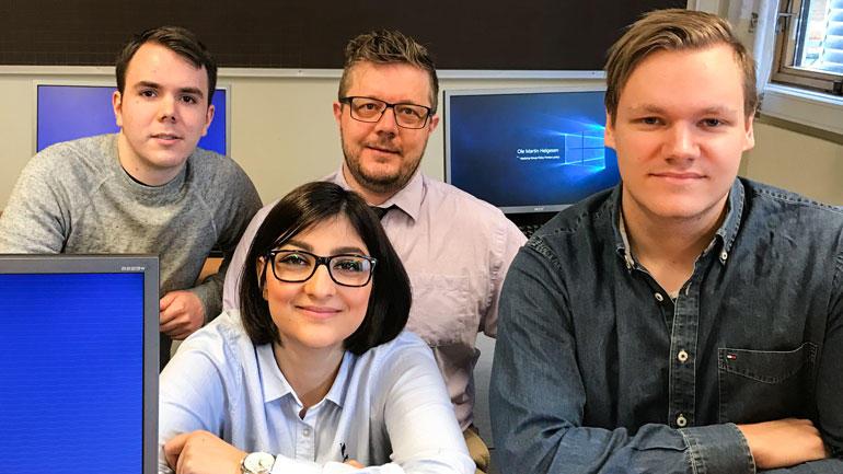 Hamta Roshan,Erlend Hall, Tomas Bråten ogOle Martin Helgesen tar bachelor i IT og informasjonssystemer. Foto