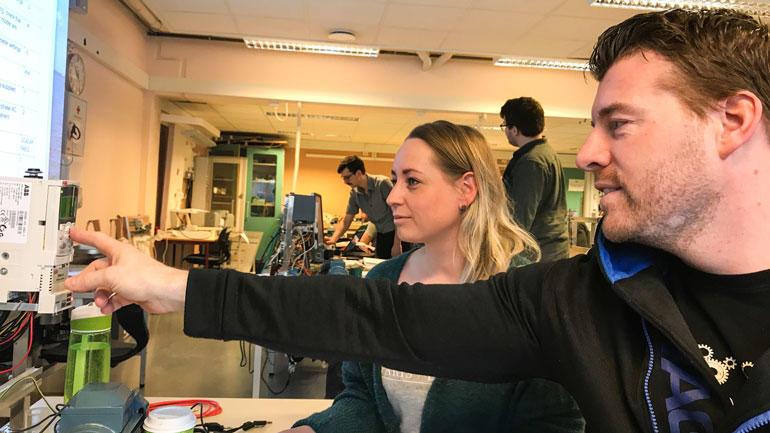 Morten Madsen og Julie Hallenstvedt er begge fra Tønsberg-området og har mange år i arbeidslivet før de bestemte seg for å bli studenter. foto fra lab