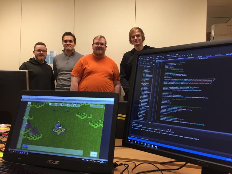 IT-studentene bak pc-skjermer som viser prototype og kode.