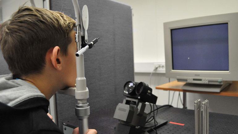 Testing av barns øyebevegelser. Foto