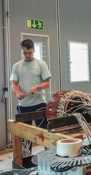 Hands on forskningsarbeid.  Her vikler Jonas opp rotorviklingen på den børsteløse magnetiseringsmaskinen han har utviklet, bygget og testet. Foto