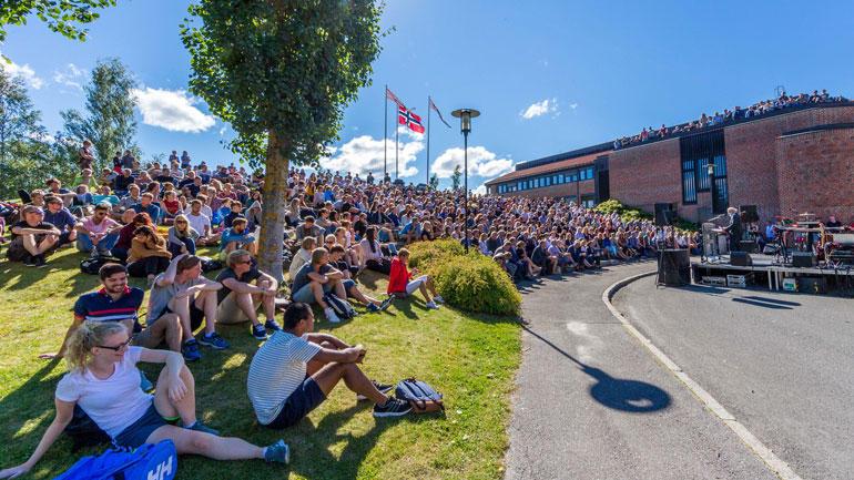 Rektor taler til studentene under studieåpningen ved campus Bø 2016. Foto