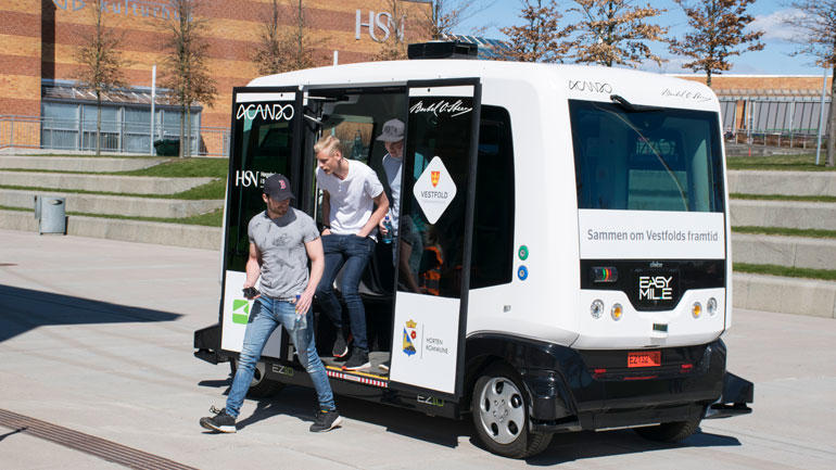 Studenter på vei ut av førerløs buss på campus Vestfold.
