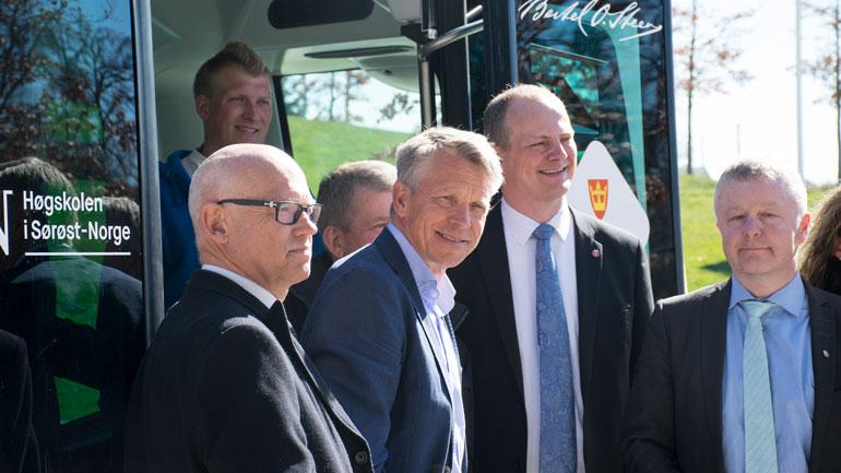 Hans Hilding Hønsvall, leder for hovedutvalg samferdsel og areal i Vestfold fylkeskommune, prorektor ved HSN, Kristian Bogen, samferdselsminister Ketil Solvik-Olsen og ordfører i Horten, Are Karlsen.