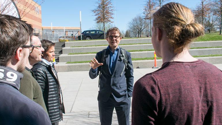 Olav Madland fra Acando  i dialog med studenter ved HSN