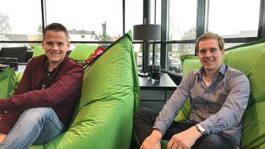 Patrick og Odd Daniel har fått fast jobb i Atea etter IT-studier på HSN.  Foto