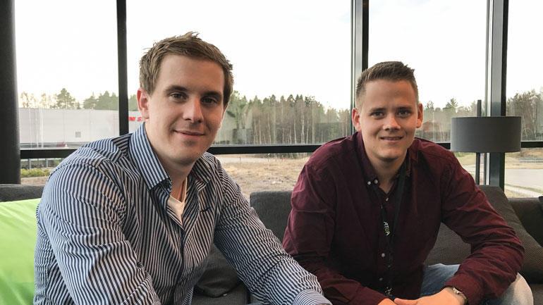 F.v.: Patrick Ingebretsen og Odd Daniel Taasaasen stortrives med IT-jobber hos Atea i Stokke. Foto