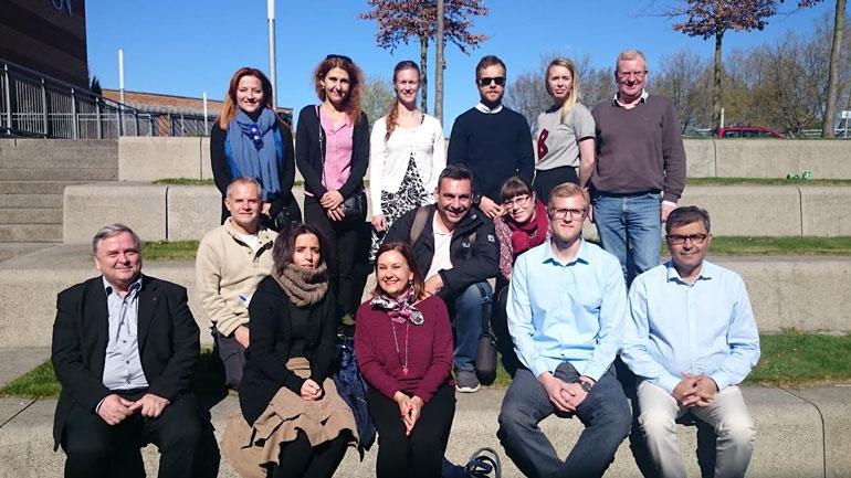 """Prosjektgruppen til """"Heritage Training for Young Adults"""" samlet på campus Vestfold.  Foto"""