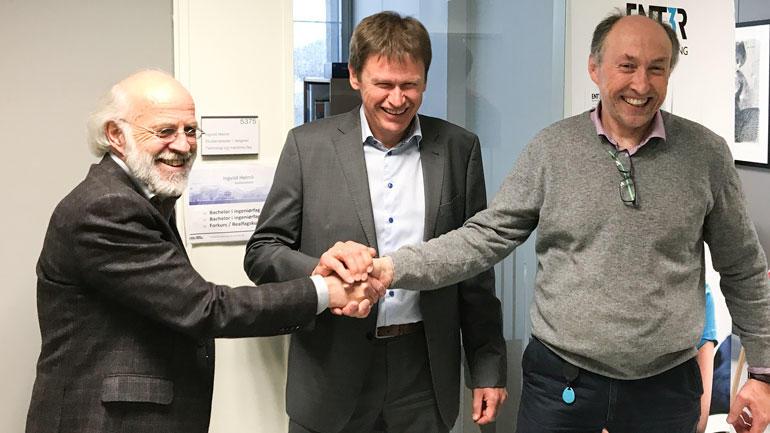 Baard Røsvik til høyre tas varmt i mot av rektor Petter Aasen til venstre.  I midten Hans Peter Havdal, fornøyd sjef i Semcon Devotek, Røsviks arbeidsgiver. Foto