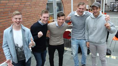 Ole Kristoffer Hansen, Håkon Tveit, Vegard Gaustad Bjørtuft , Arne Oma Torsen og Marius Holst feirer seieren.