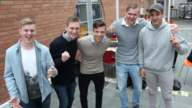 """Ole Kristoffer Hansen, Håkon Tveit, Vegard Gaustad Bjørtuft , Arne Oma Torsen og Marius Holst ble 50.000 kroner rikere etter å ha gått til topps i konkurransen """"Fremtiden på spill""""."""