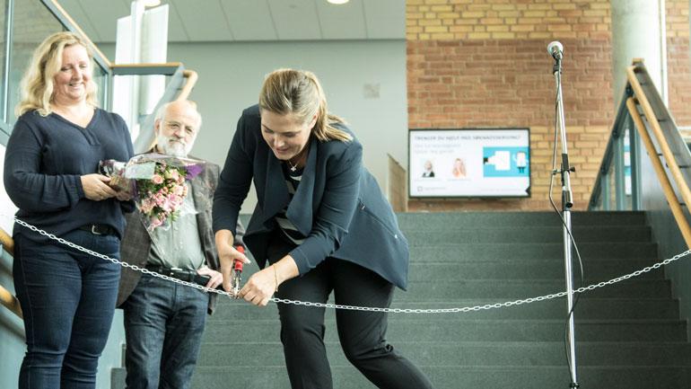 Fra venstre: Leder for HSNexpo, Sanda Knutson, og rektor ved HSN, Petter Aasen, ser på mens leder for finans i Zero, Lene Westgaard-Halle åpner messa gjennom å kutte en kjetting.