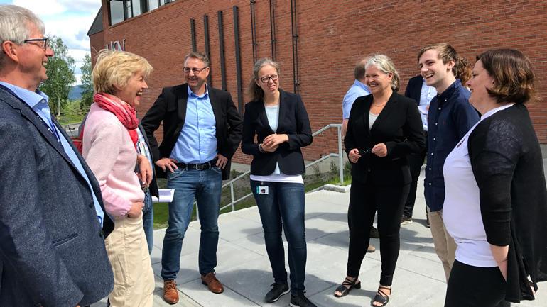 Representanter fra næringslivet, ansatte og studenter fra HSN prater sammen