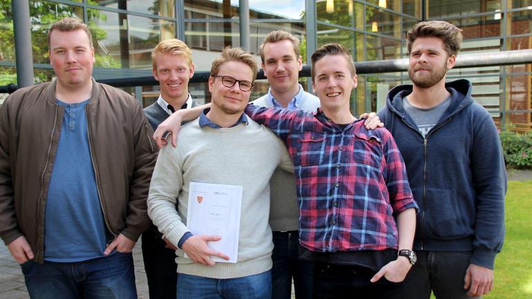 IT-studentene Martin Brenden, Martin Laupet, Mads Ekeberg, Rémi Næss, Bjørnar Heggset Nes og Kim Rørvik er lettet over å være ferdig med prestenasjon av bachelorprosjektet sitt. Nå venter sommerferie.