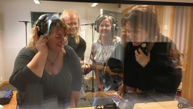 To damer og to menn i et musikkstudio