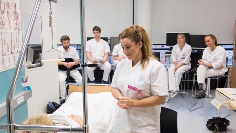 Sykepleiestudenter i aksjon.