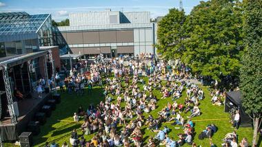 Mange hadde møtt fram til oppstart av eit nytt studieår ved Høgskulen i Sørøst-Norge.
