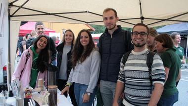 Dei internasjonale studentane møtte også opp da sommartoget ankom Bø stasjon.