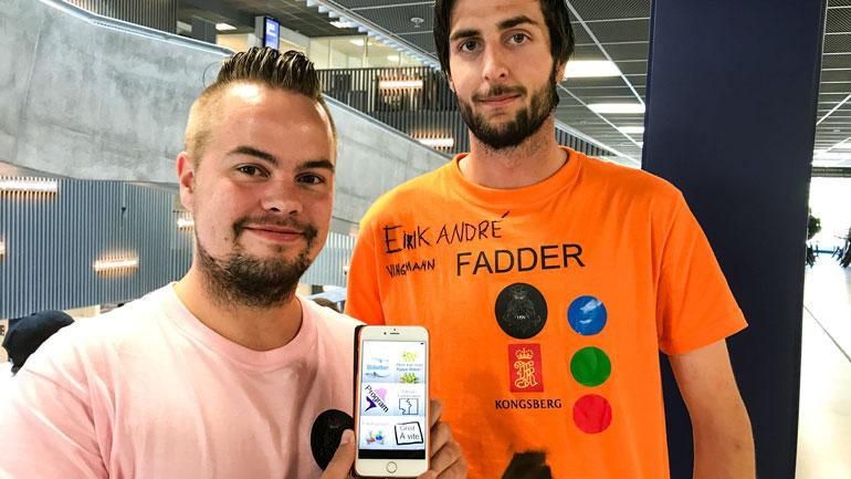 F.v: Erlend Blom fra studentsamfunnet og Eirik André Vingmann Norum fra studentdemokratiet tilbyr Kongsberg-app til de nye studentene.