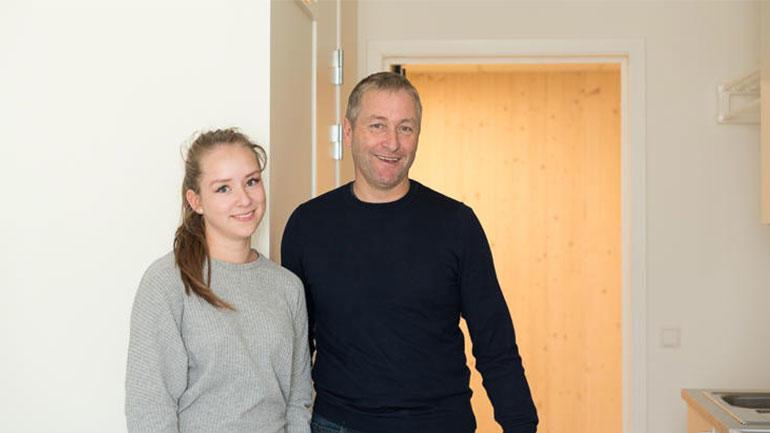 Sykepleierstudent Guri Siqveland (19) flyttet inn i ny studenthybel og fikk god hjelp av far, Øystein Siqveland.