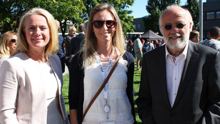 Cecilie Jurgens (midten) sammen med arbeids- og sosialminister Anniken Hauglie og rektor Petter Aasen under studieåpningen ved campus Porsgrunn i år.  Foto
