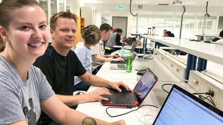 Alle nye ingeniørstudenter på Kongsberg gikk rett på intensivkurs i programmeringsspråket Python etter studiestart.  – Veldig motiverende, sier Alina og Jo. Foto