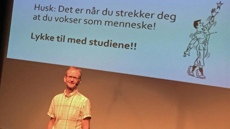 Bilde av Vidar Kjetilstad foran powwerpointpresentasjon der det står at det er når du strekker deg du vokser.