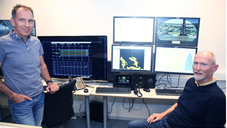 Visepresident drift i PGS, Paul Courtney (til venstre), roser simulatorparken til Høgskolen i Sørøst-Norge. Her med teknisk operatør Svend Nordby.