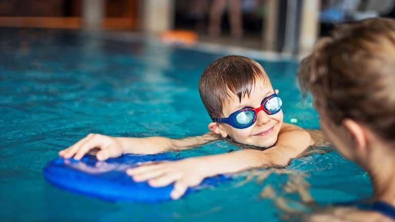Barn får svømmeopplæring. Illustrasjonsfoto.