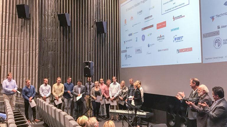 Det første studentkullet på HSN Industriakademi ble ønsket velkommen.  Logoene til partner-bedriftene vises på veggen.  Foto