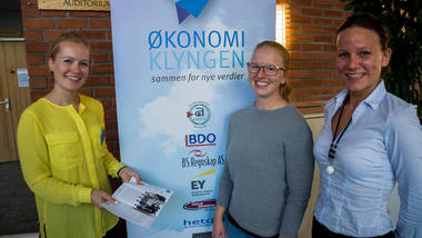 Bachelorstudentene Lina Oulie og Ida Dybendal Nilsen fikk en nyttig kontakt med Tine Solenby og Økonomiklyngen under Kunnandidagen på høyskolen. Foto: Knut Andreas Ramsrud